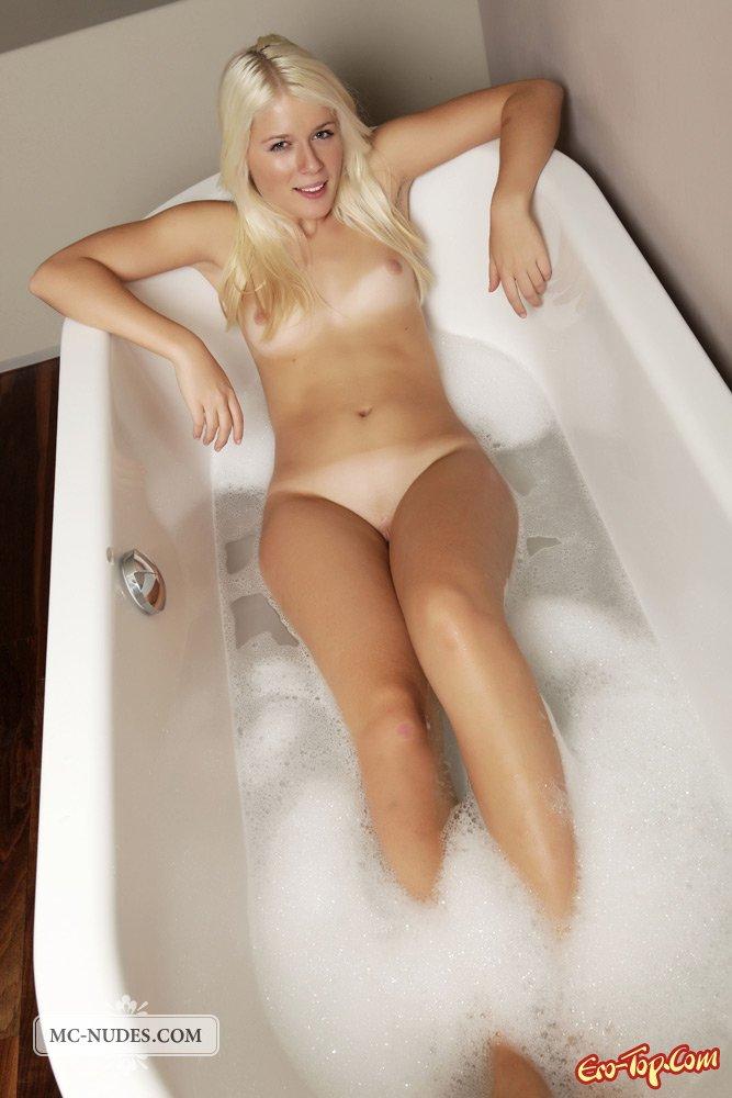 Голая моется в ванной