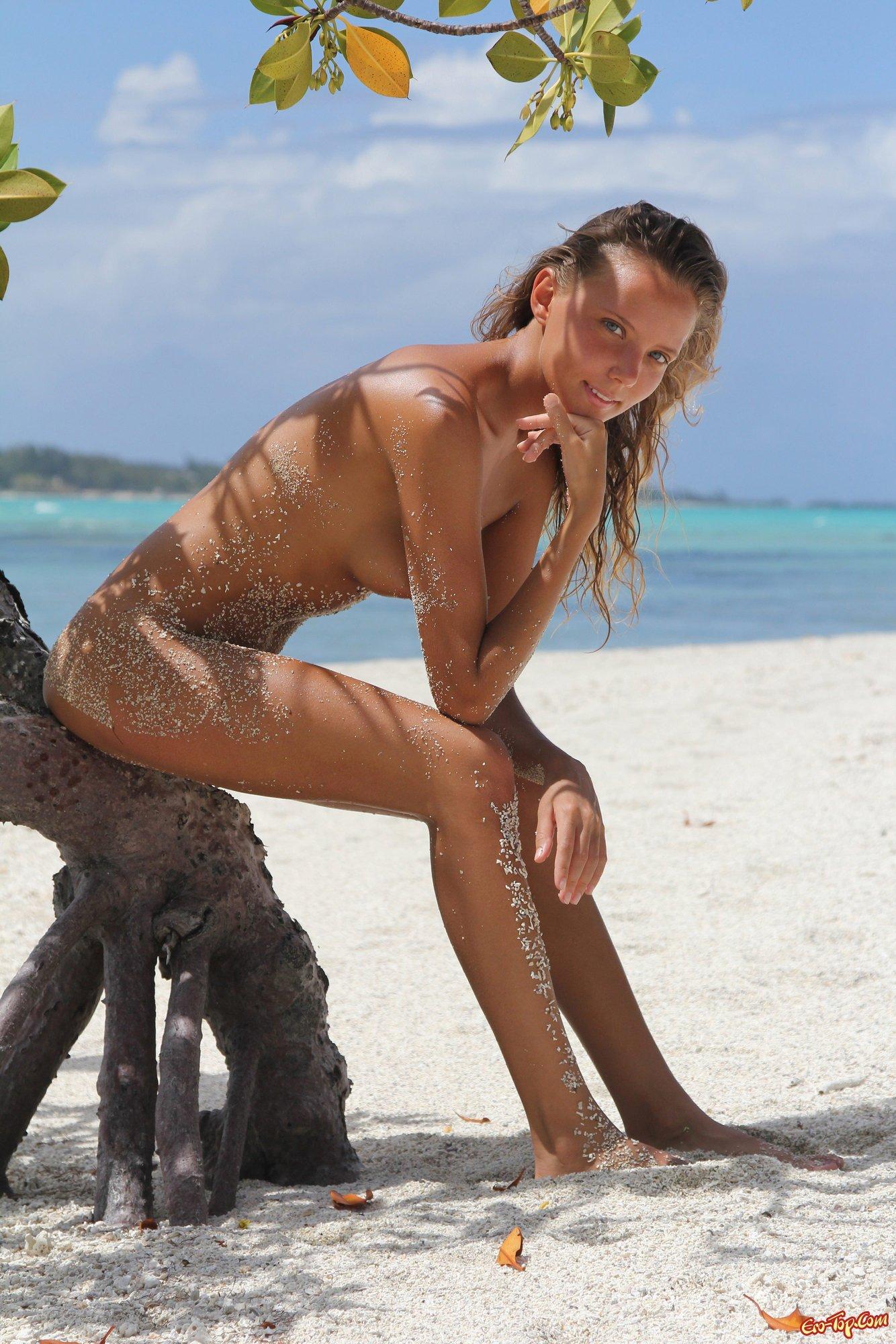 Привлекательная барышня на острове