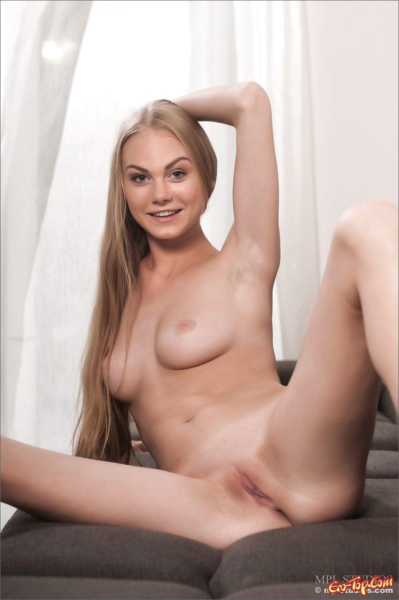 Голая девушка на диване