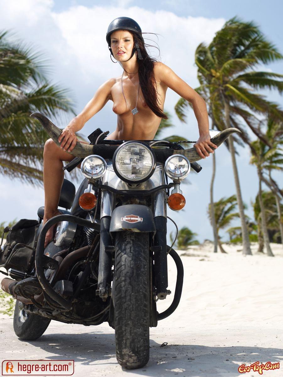 Баба на мотоцикле