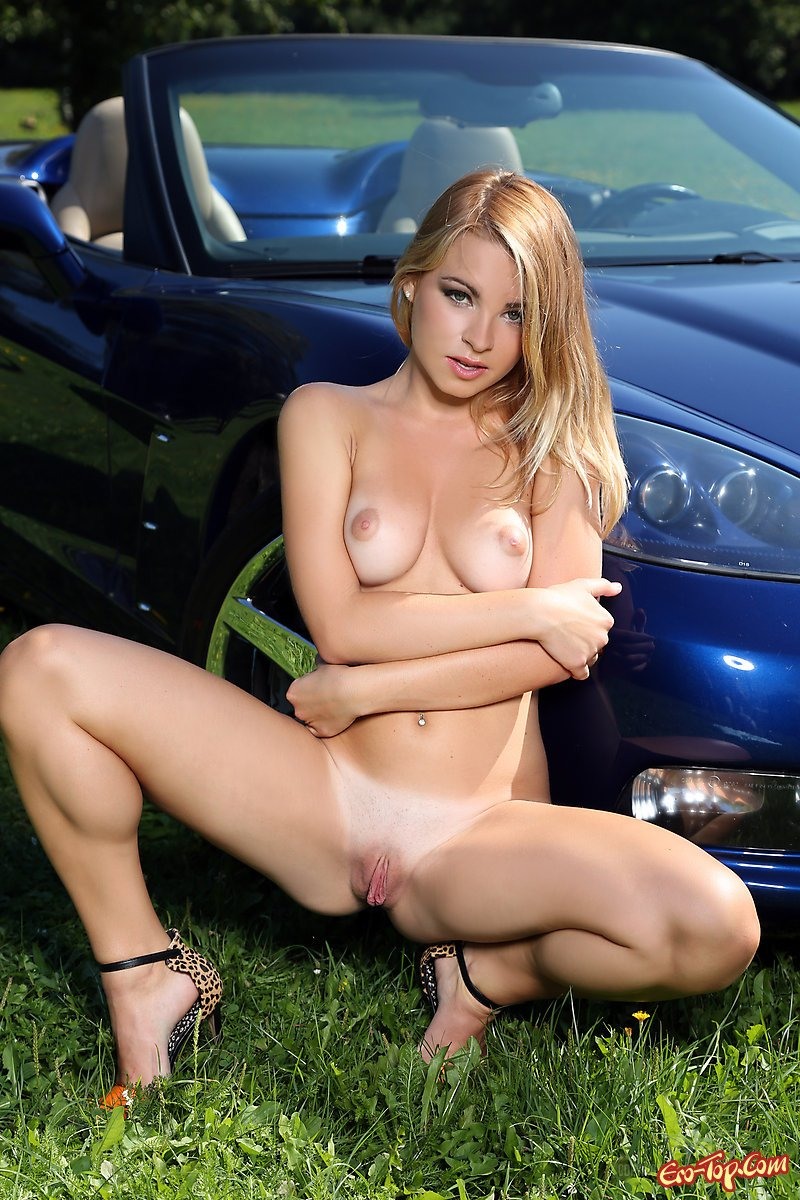 Девушка и спортивная машина