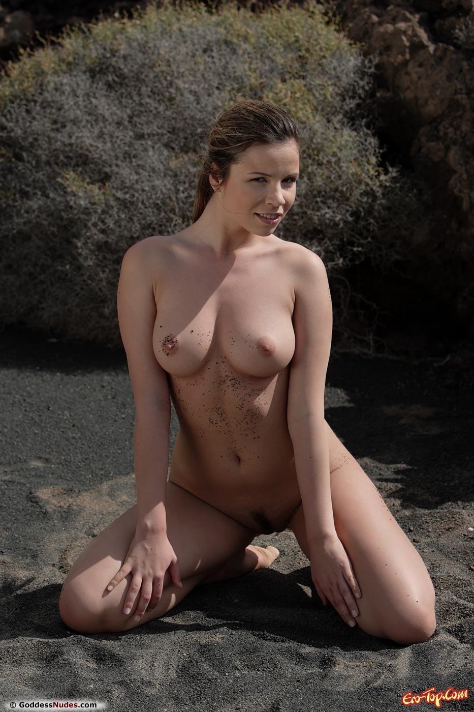 Девушка на черном песке