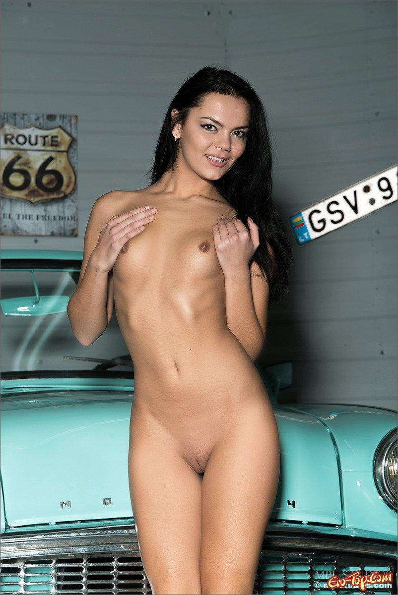 фото голых девушек на машине