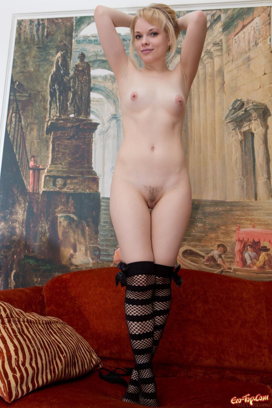 Красивая девушка в чулках