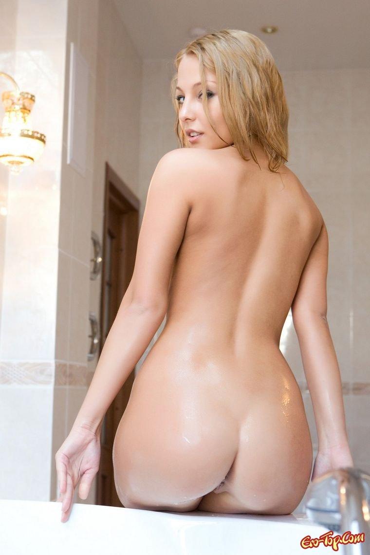 Девушка в ванной купается
