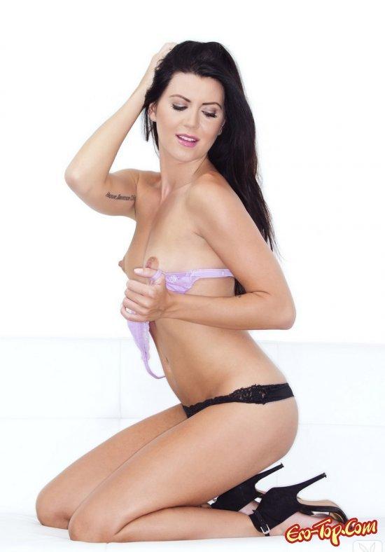 Модель с темными волосами с выдающимися волосами смотреть эротику