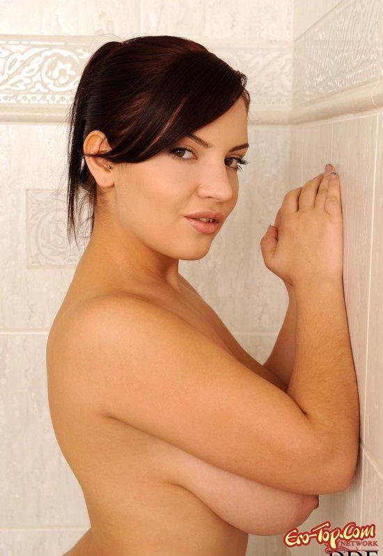 Развлекается с душем секс фото