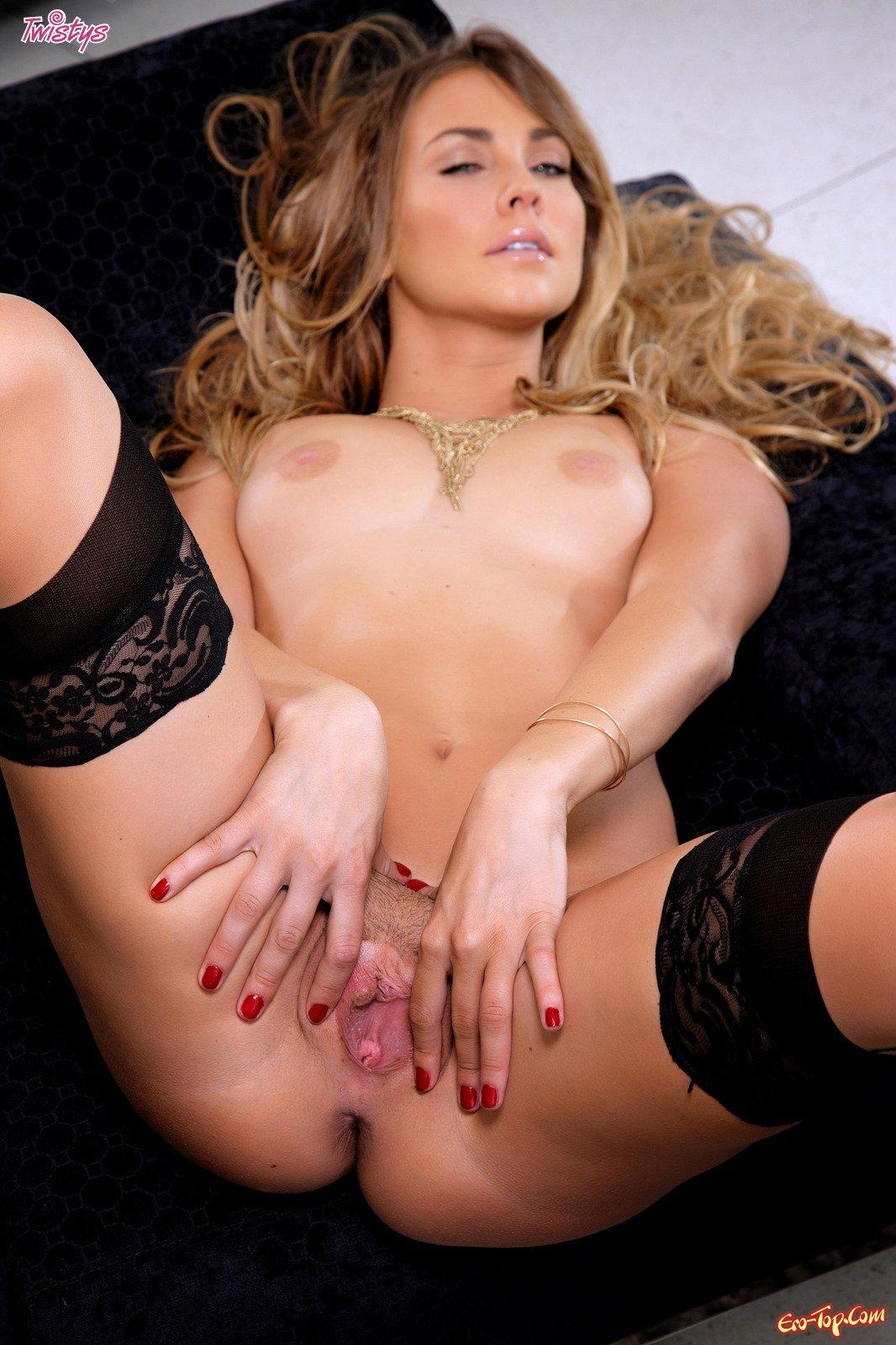 Телки раздвигают половые губы фото 3 фотография