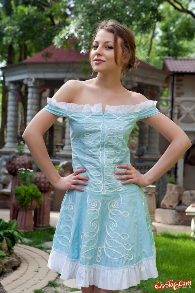 Молодая красавица в платье секс фото