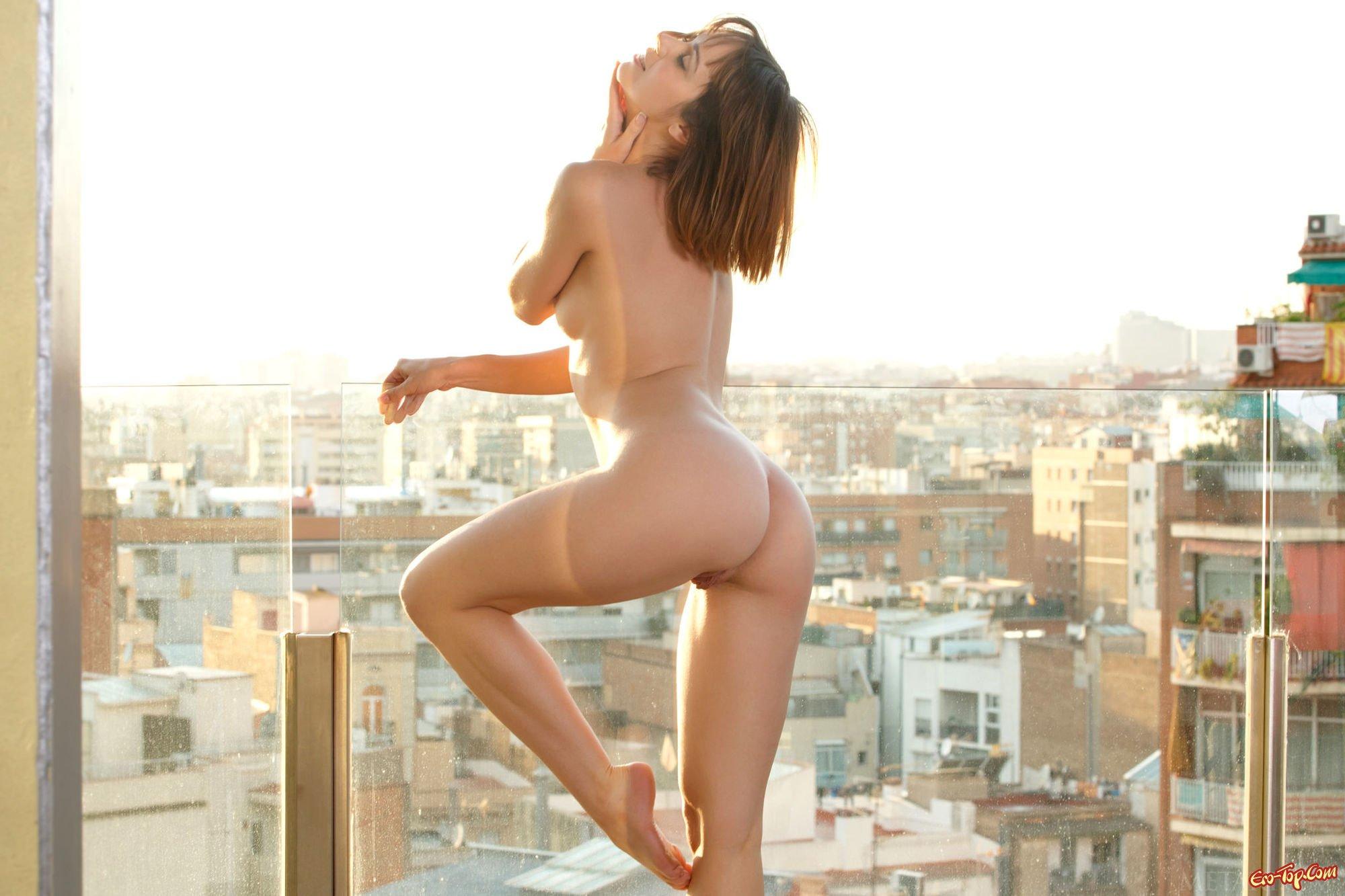 Нагая на балконе