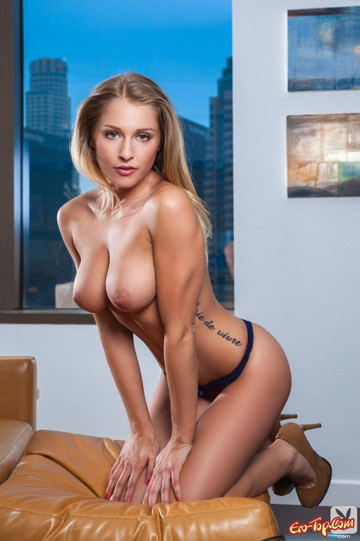 Девушка с голыми сиськами и попой