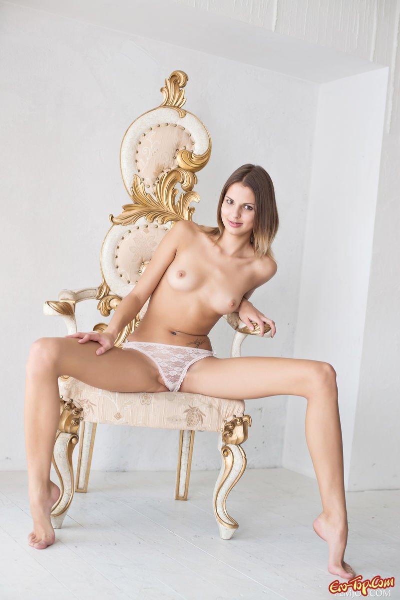 Худосочная нагая телка секс фото