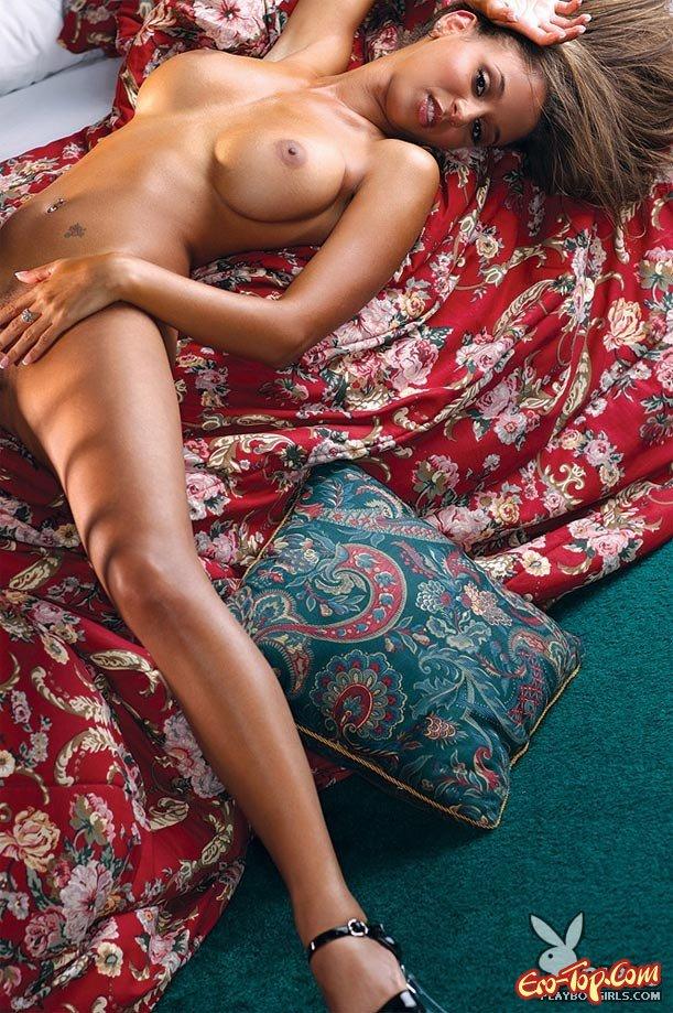 Мулаточка на постели