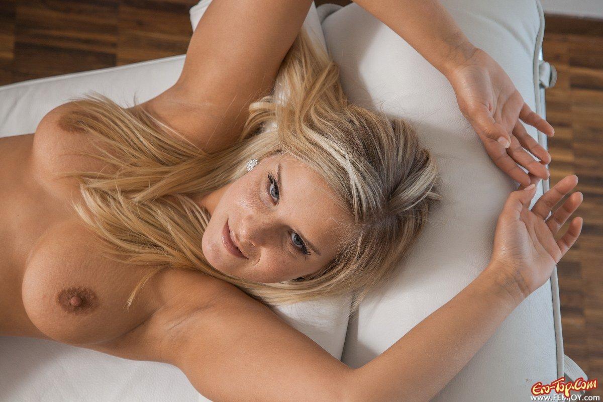Пышногрудая блондинка