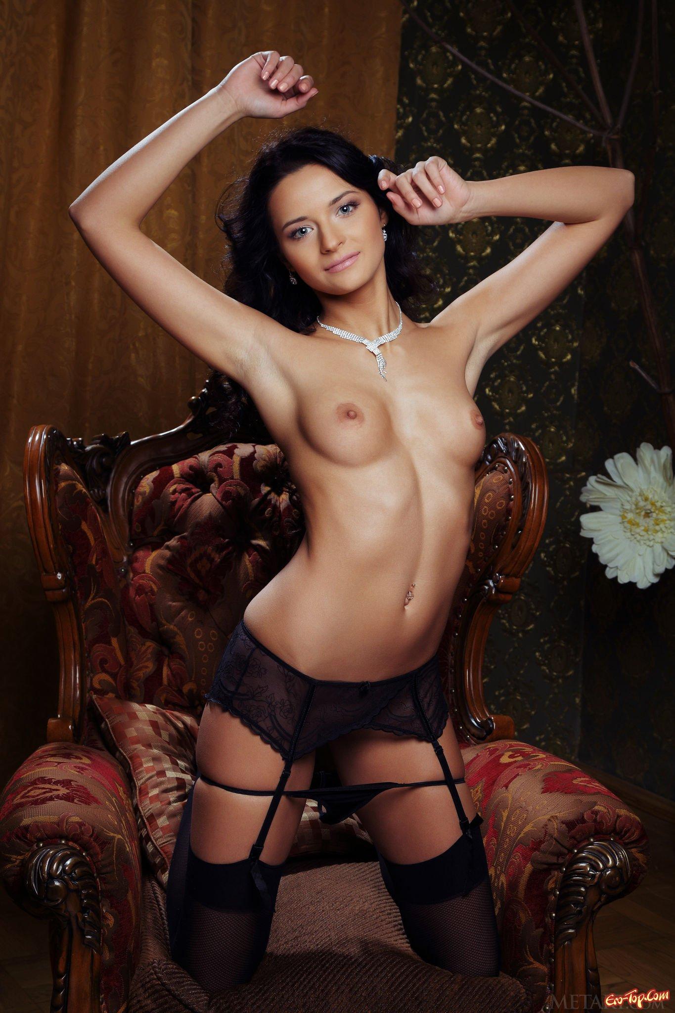 Роскошная брюнетка в нижнем белье секс фото
