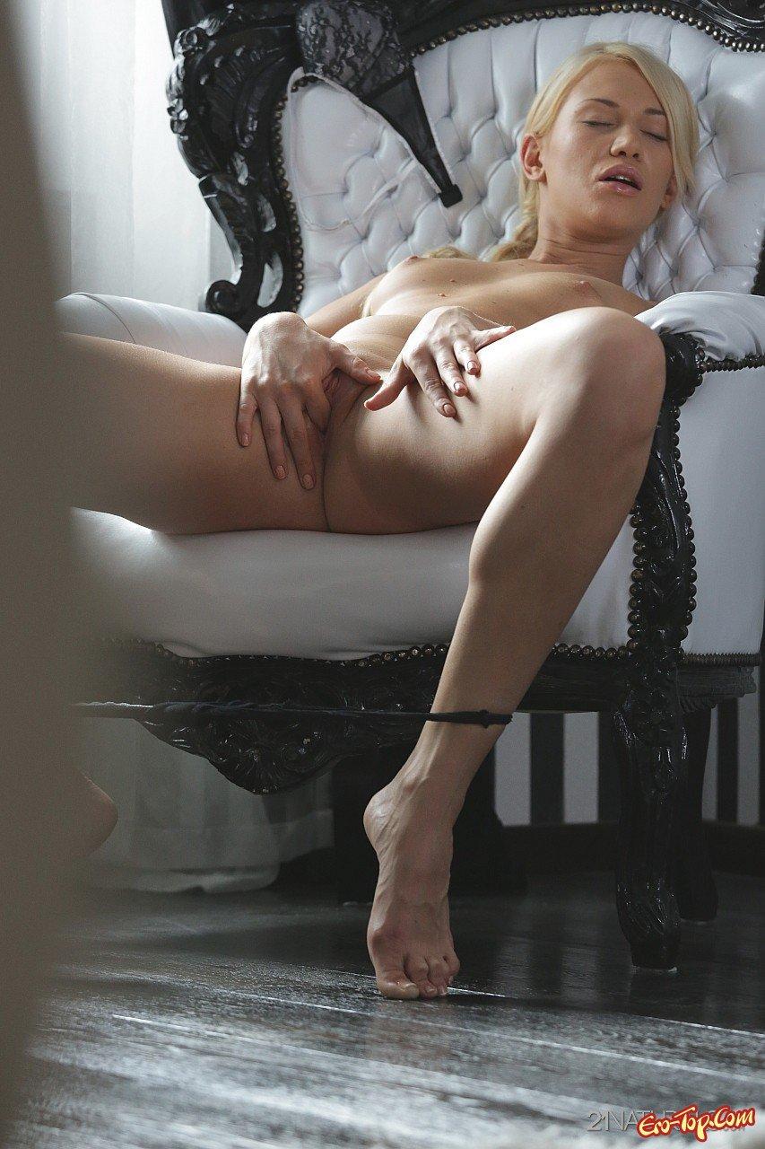 Худенькая девушка мастурбирует секс фото