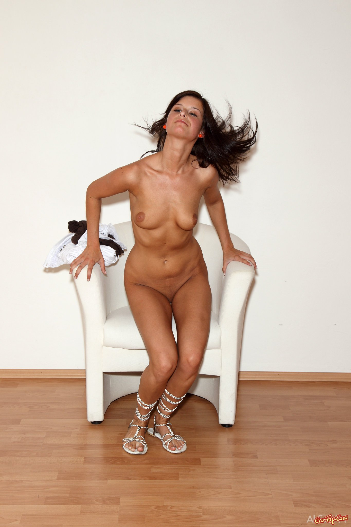 Эротическое фото с брюнеткой