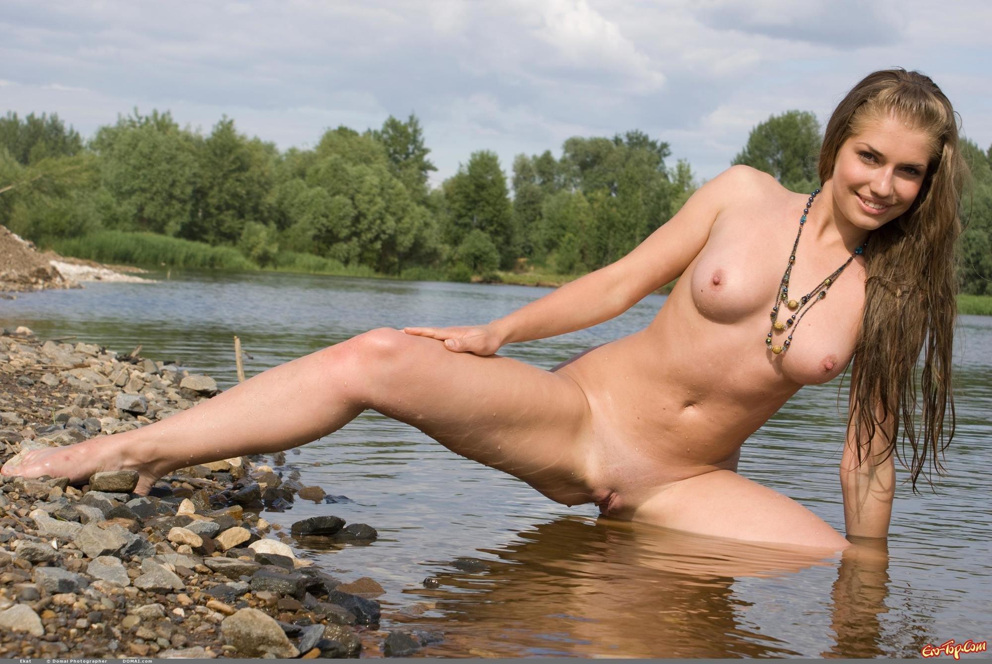 Обнаженная купается в реке