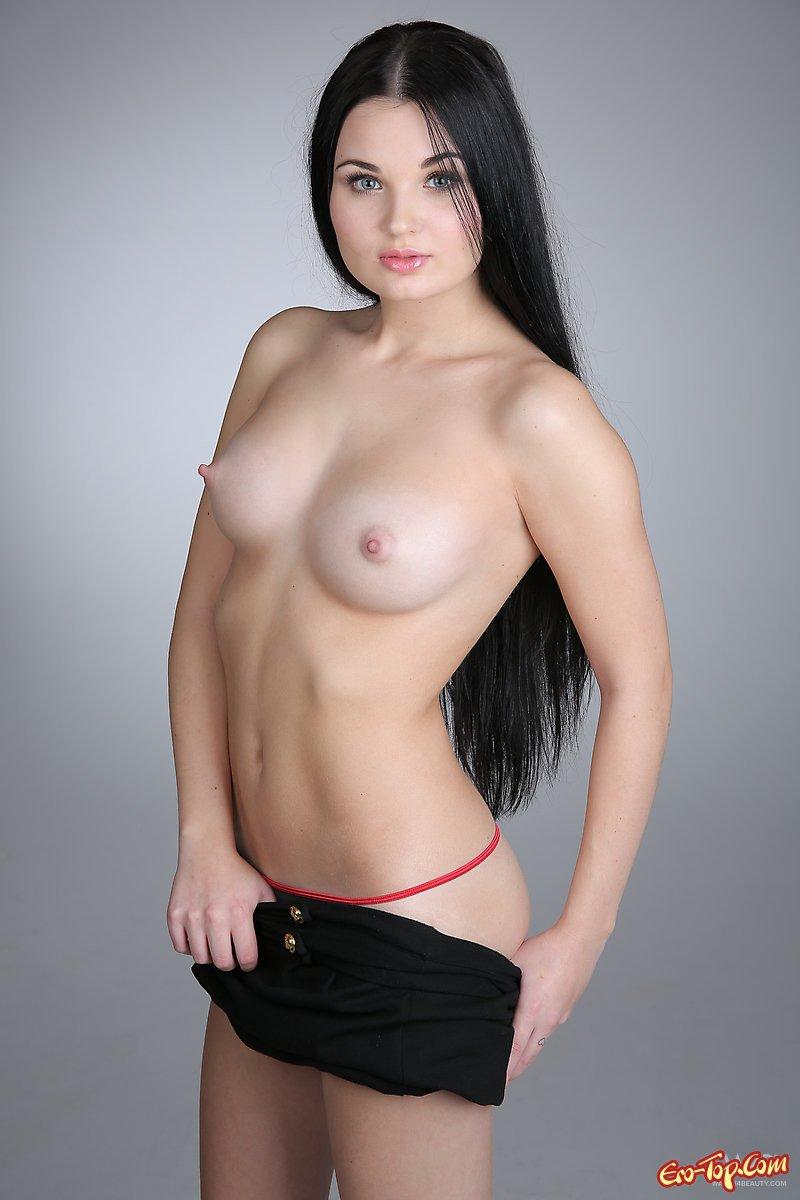 Модель с темными волосами в тёмном платье