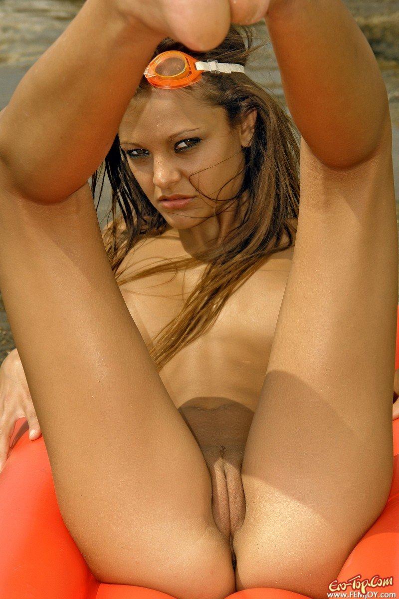 Голая на матрасе секс фото