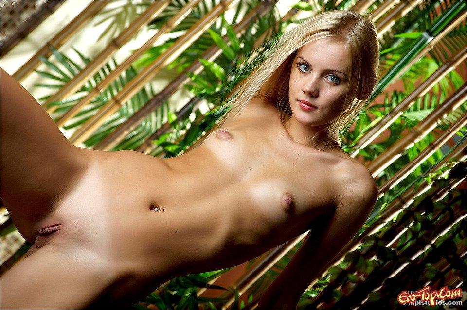 Голая блондиночка смотреть эротику
