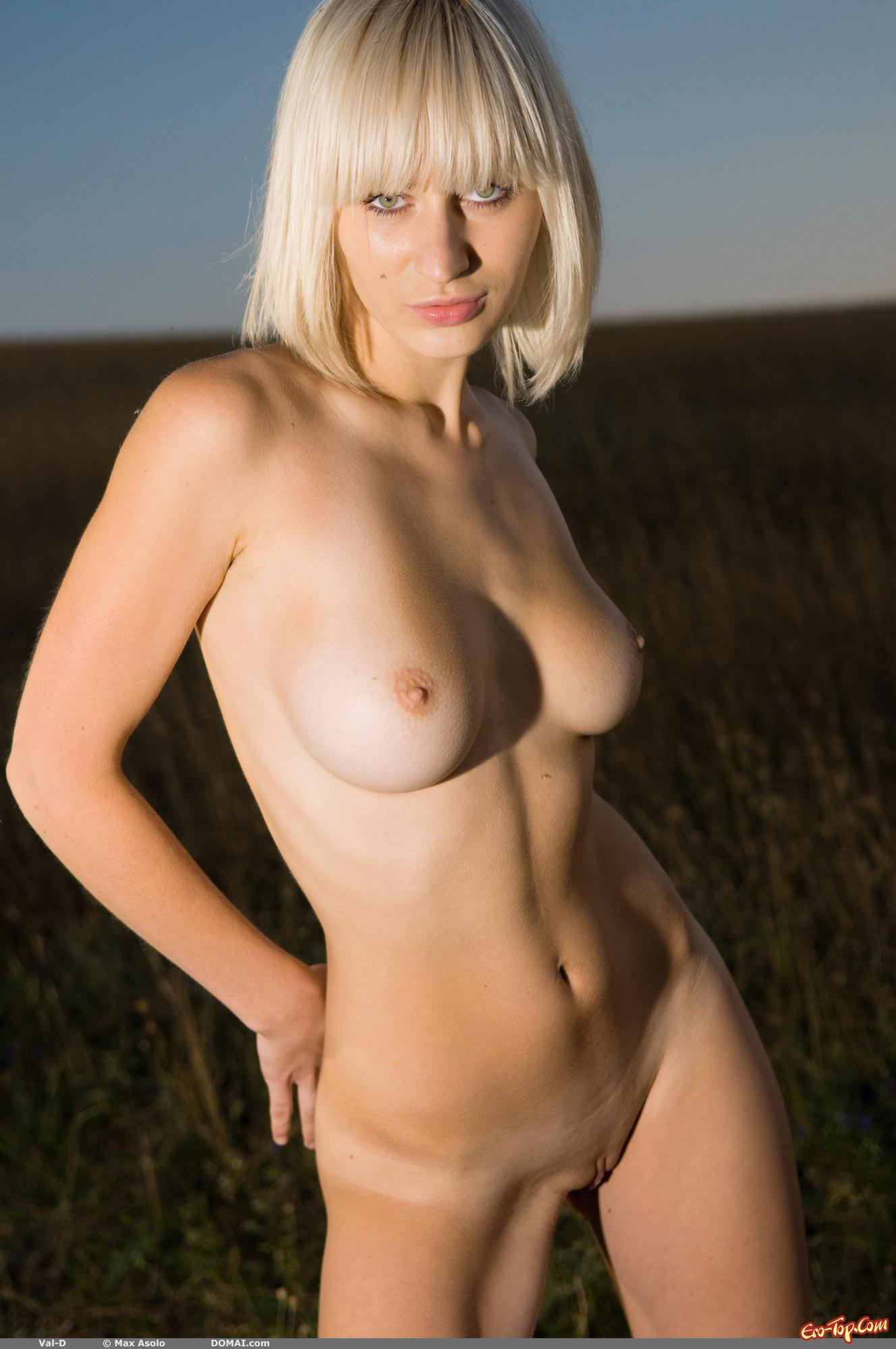 Обнаженная девка в поле