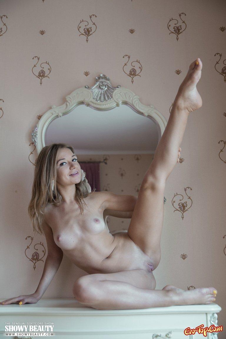 Голая в спальне