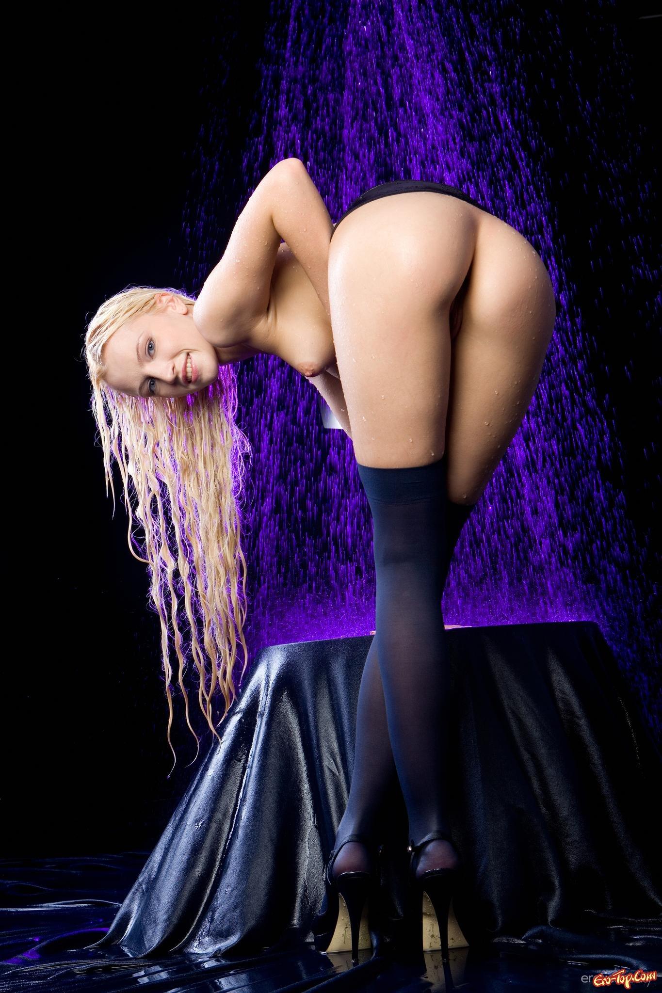 Сырая блондинка в чулочках