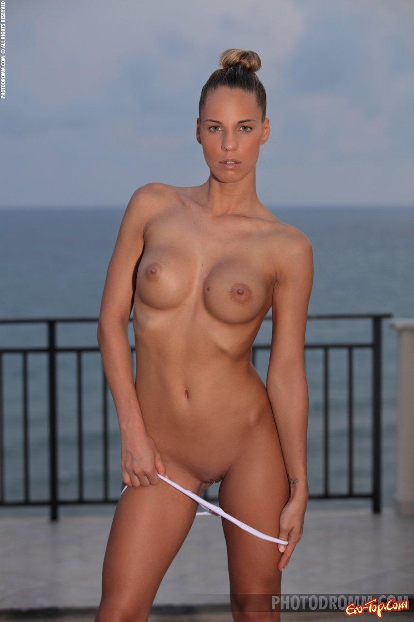 Фото сучки с нагими дойками секс фото