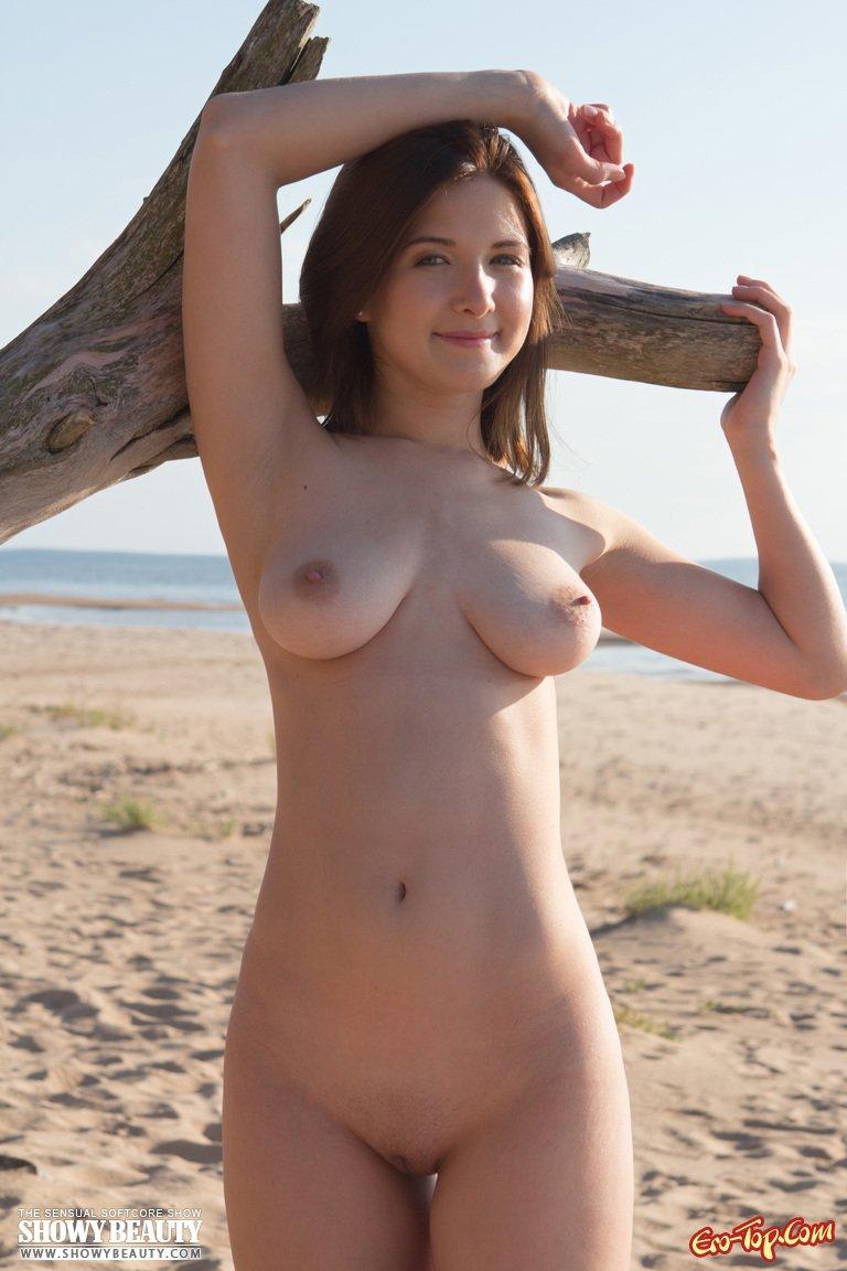 Обнаженная красавица на берегу моря