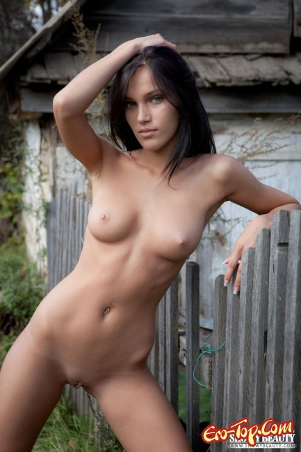 голые девушки в заброшенных домах фото