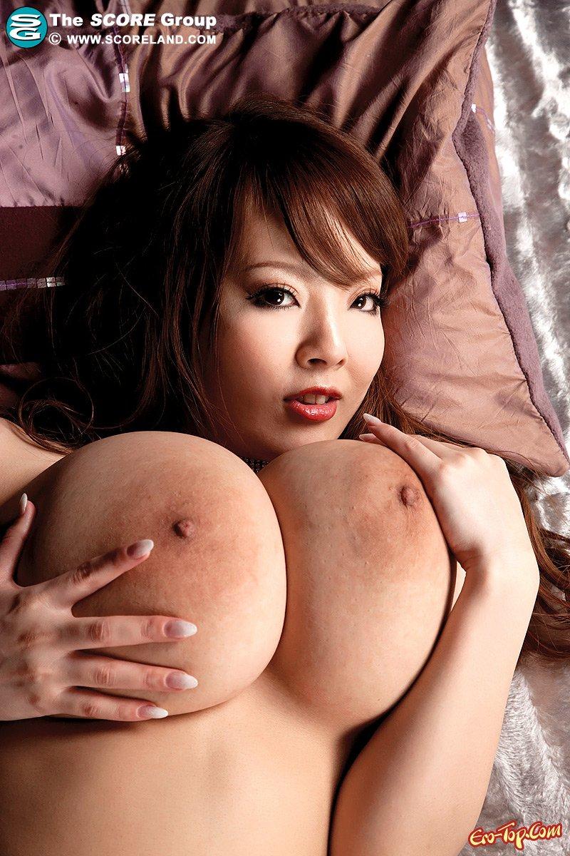 Азиатская красотка хвастается в чулках