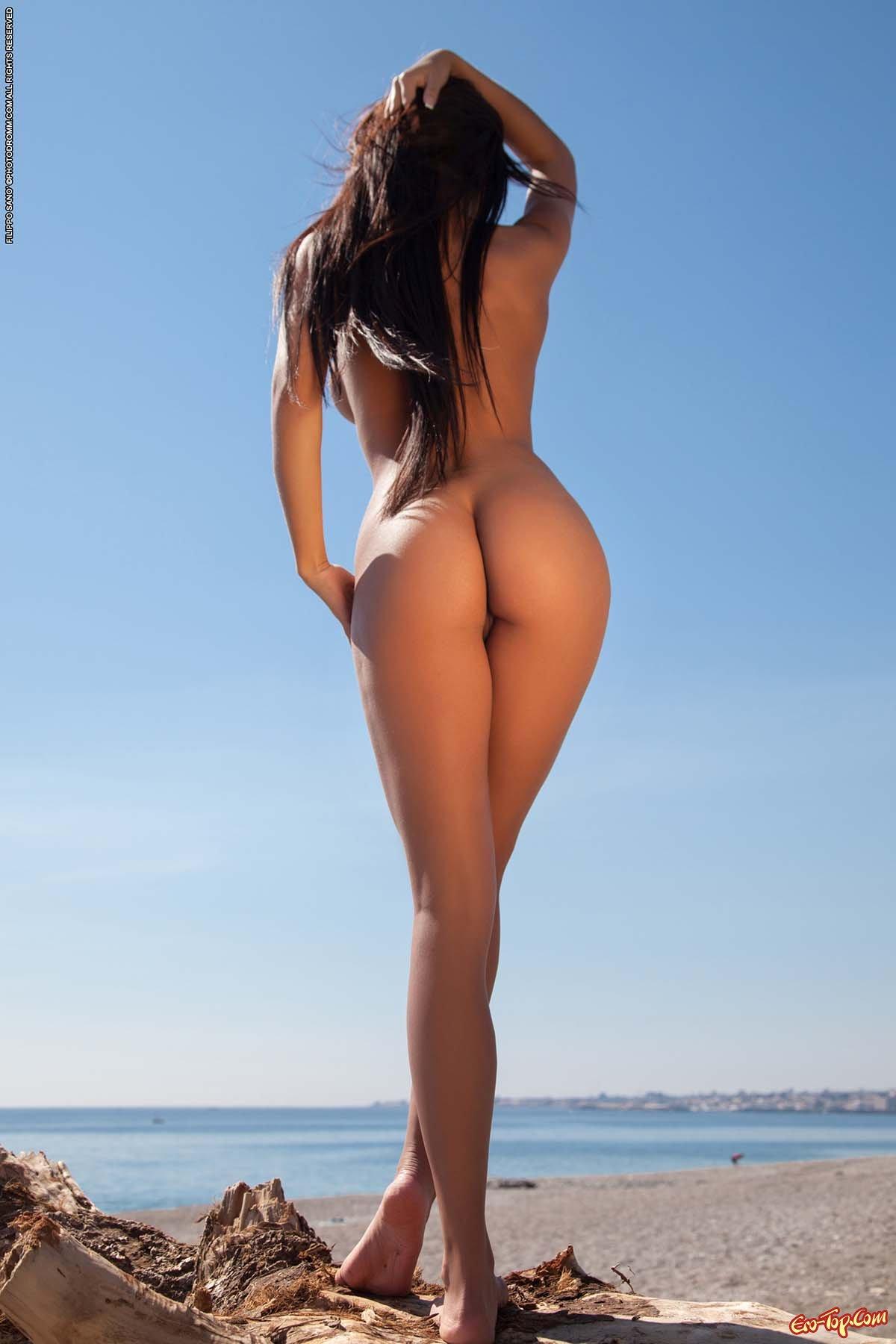 Худая брюнетка на пляже