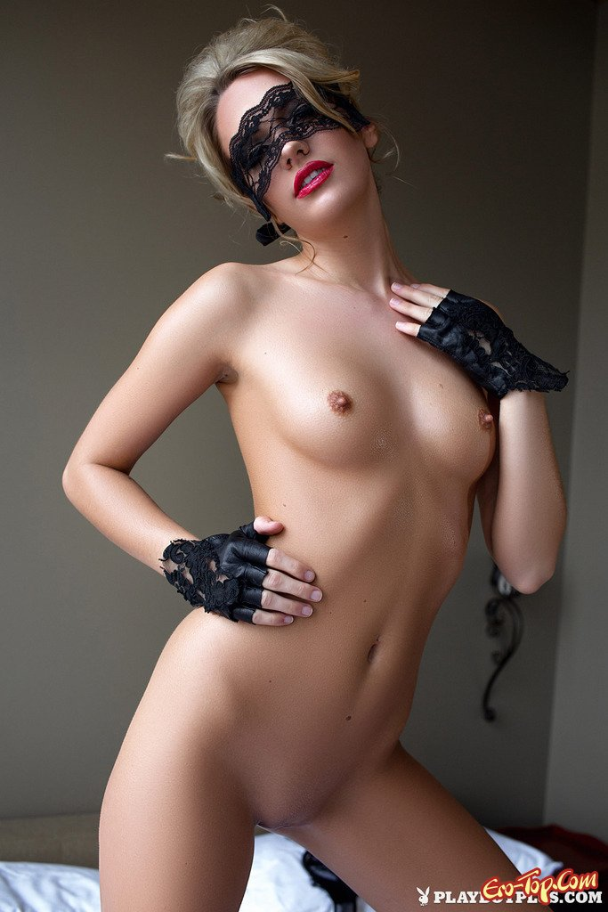 Голая светловолосая девушка с идеальной фигурой секс фото