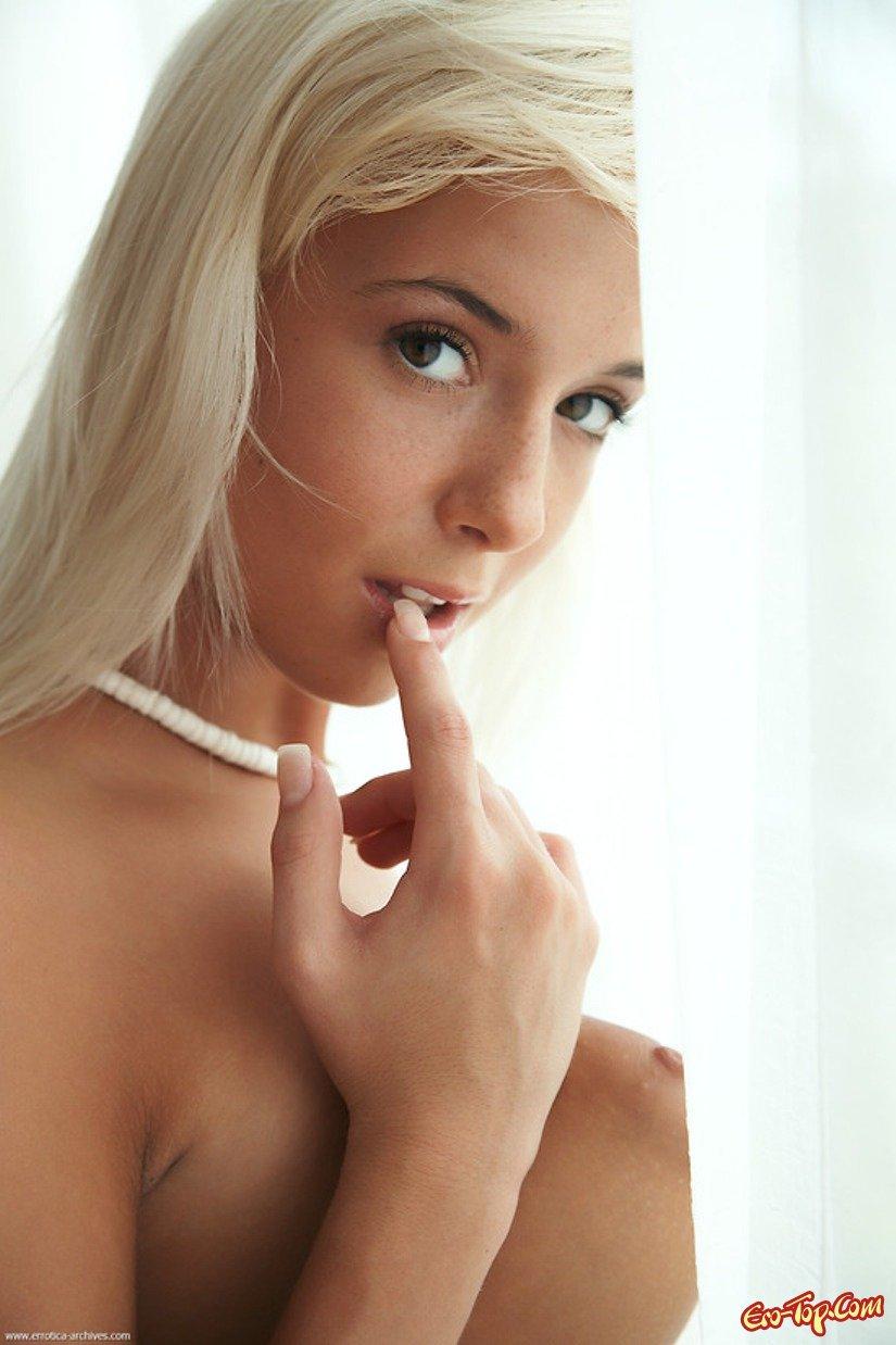 Большие половые губы белокурой девицы