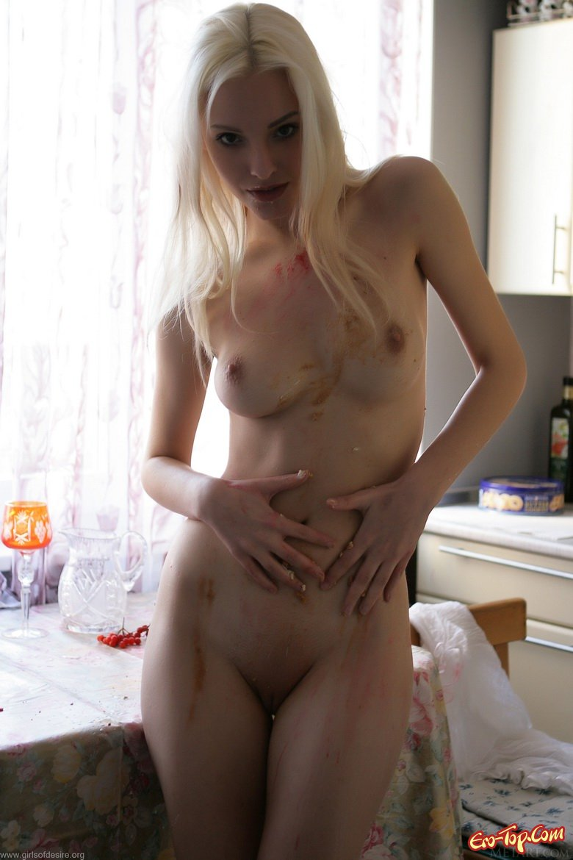 Голая блондинка на кухне секс фото