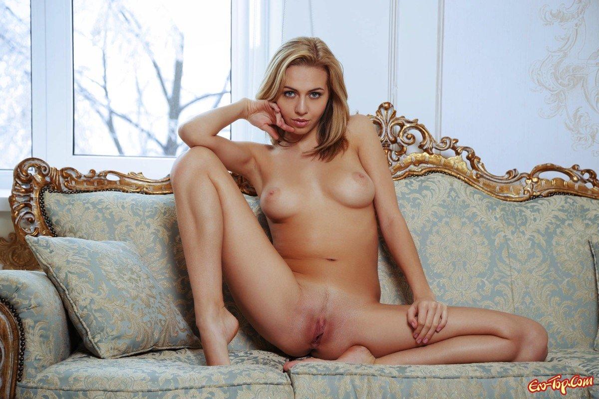 Симпатичная обнаженная блондинка