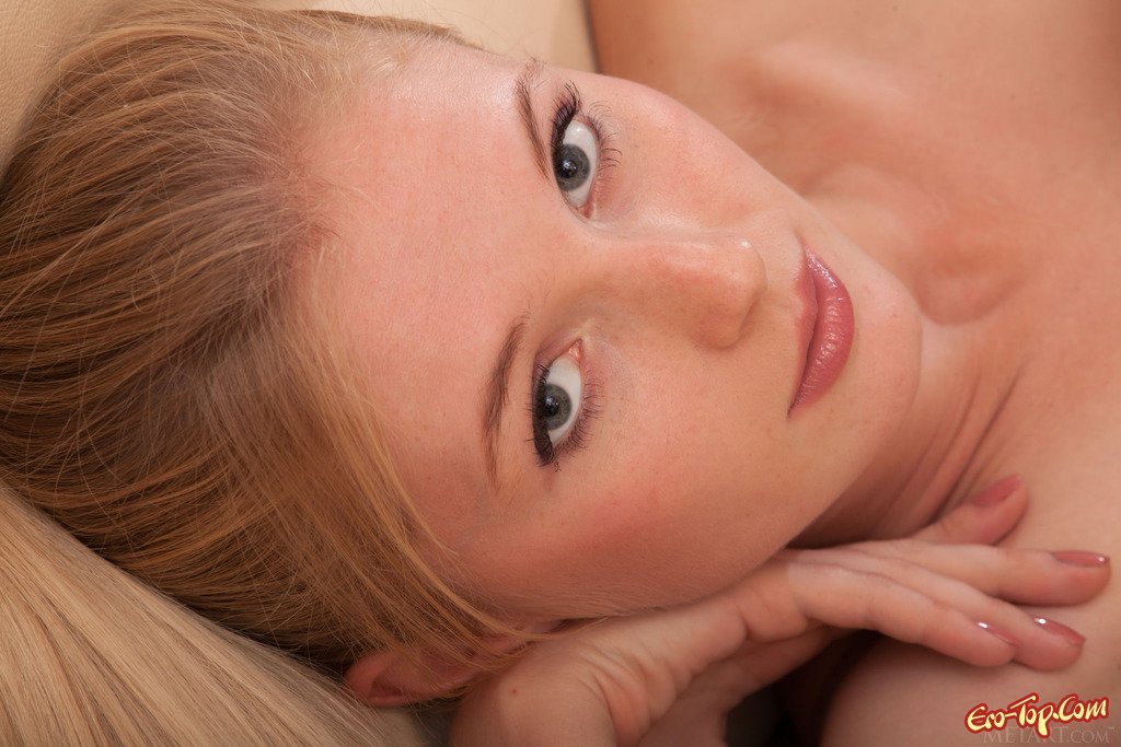 Изображениях обольстительной блондинки