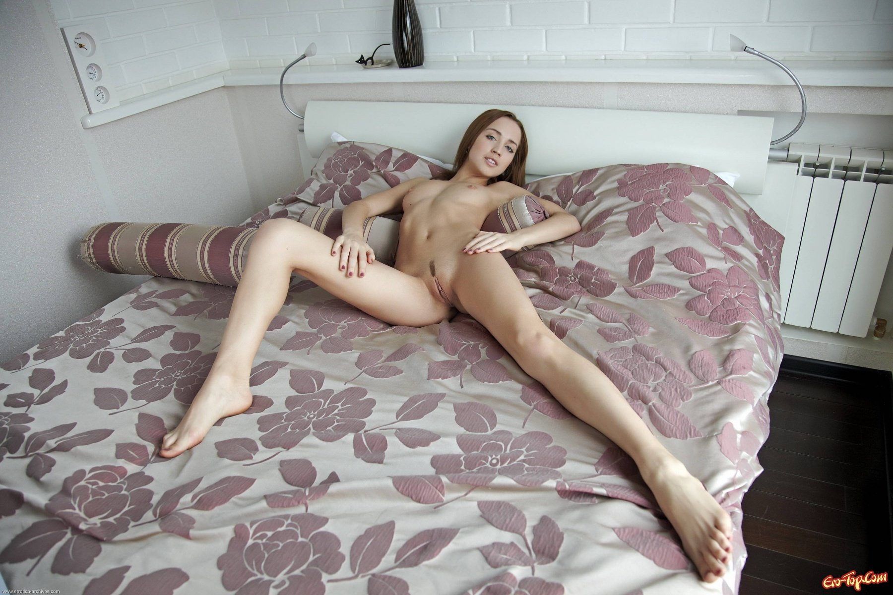 Обнаженная стройная девка