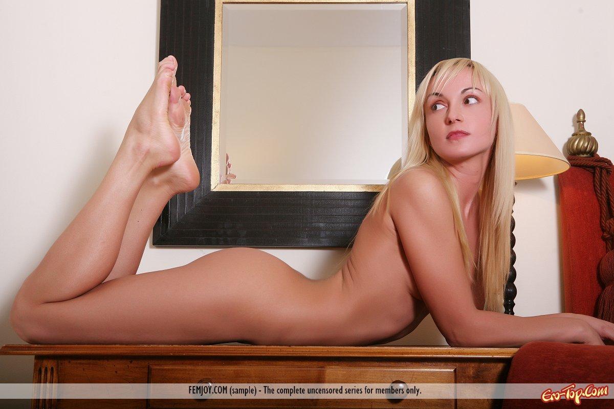 Красавица блондинка голая