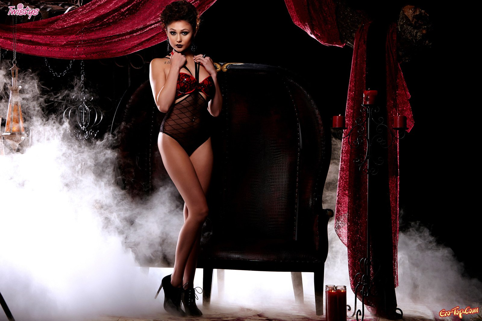 Нагая ведьма Ariana Marie