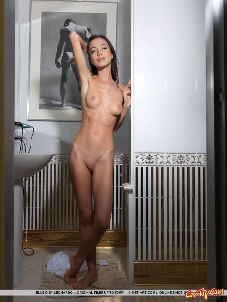 Весьма худая голая девушка