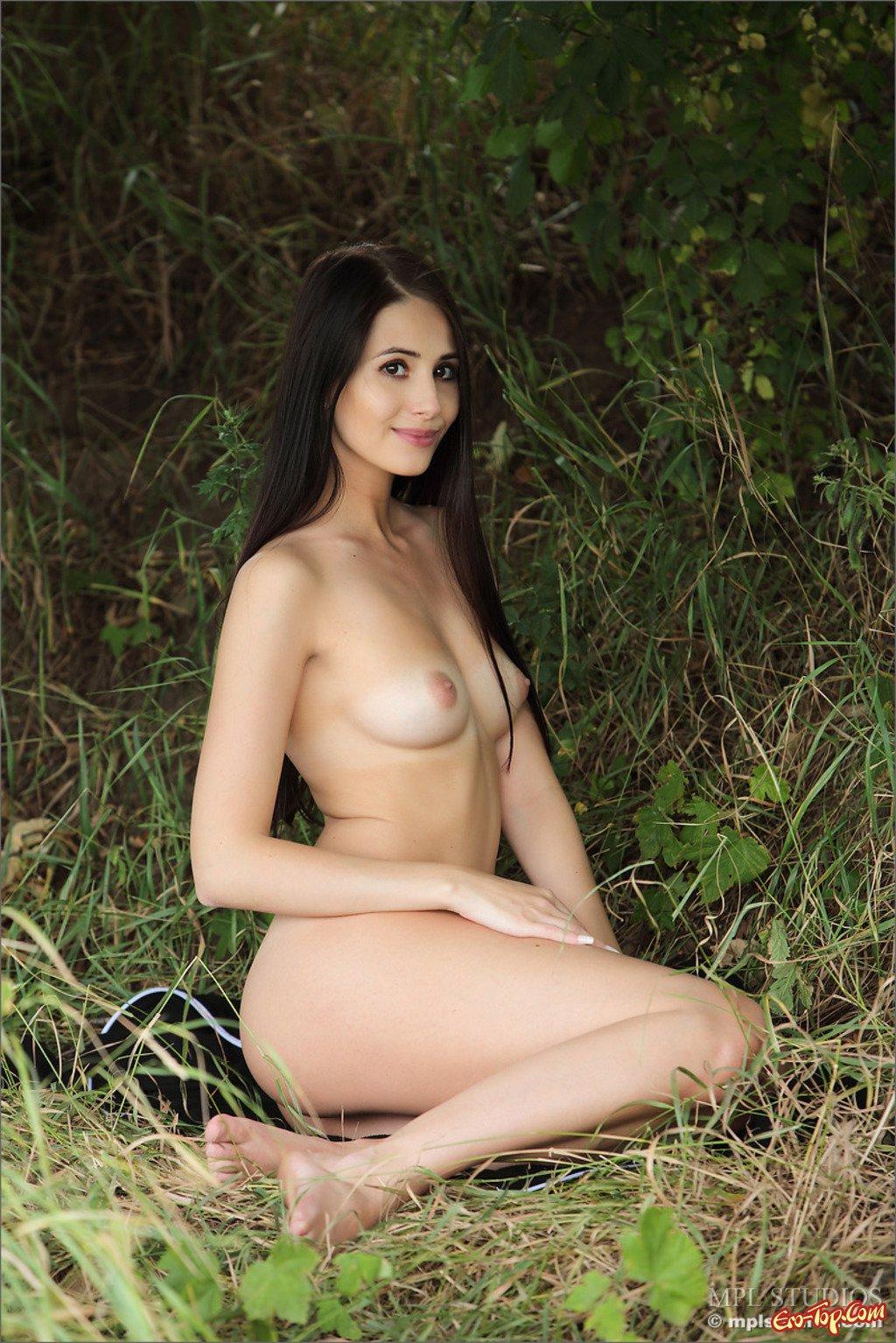 Обнаженная девка в саду смотреть эротику