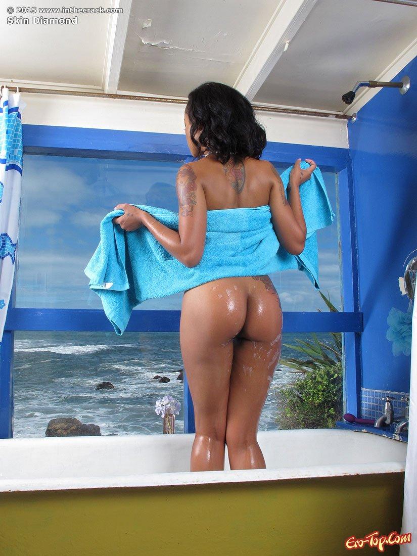 Негритянка в ванной