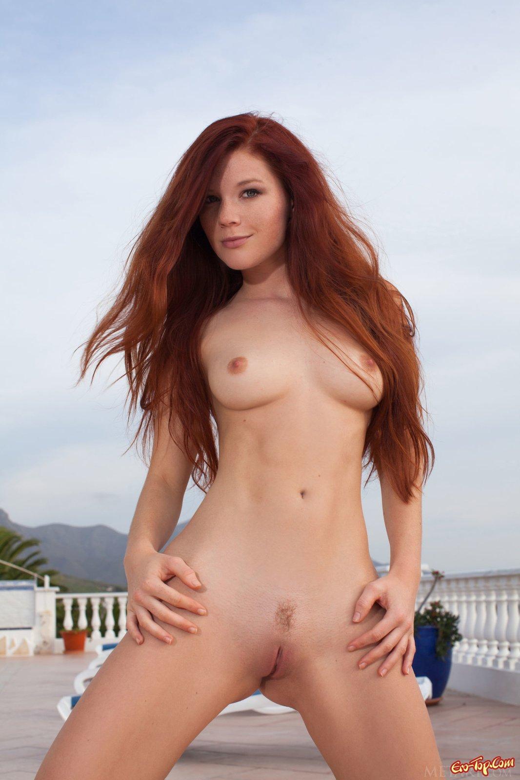Рыжая девушка с красивой грудью