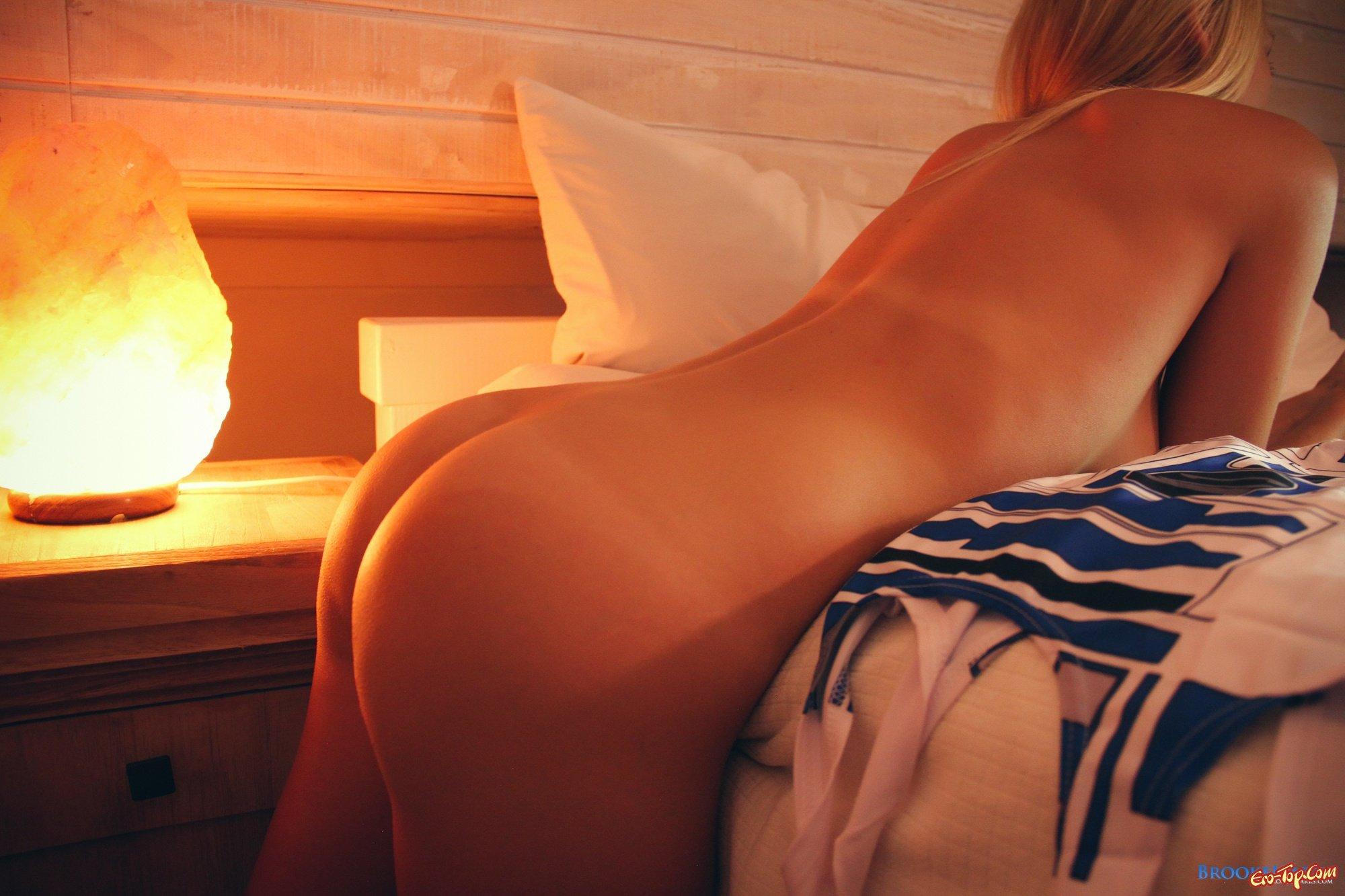 Блондинка в кровати