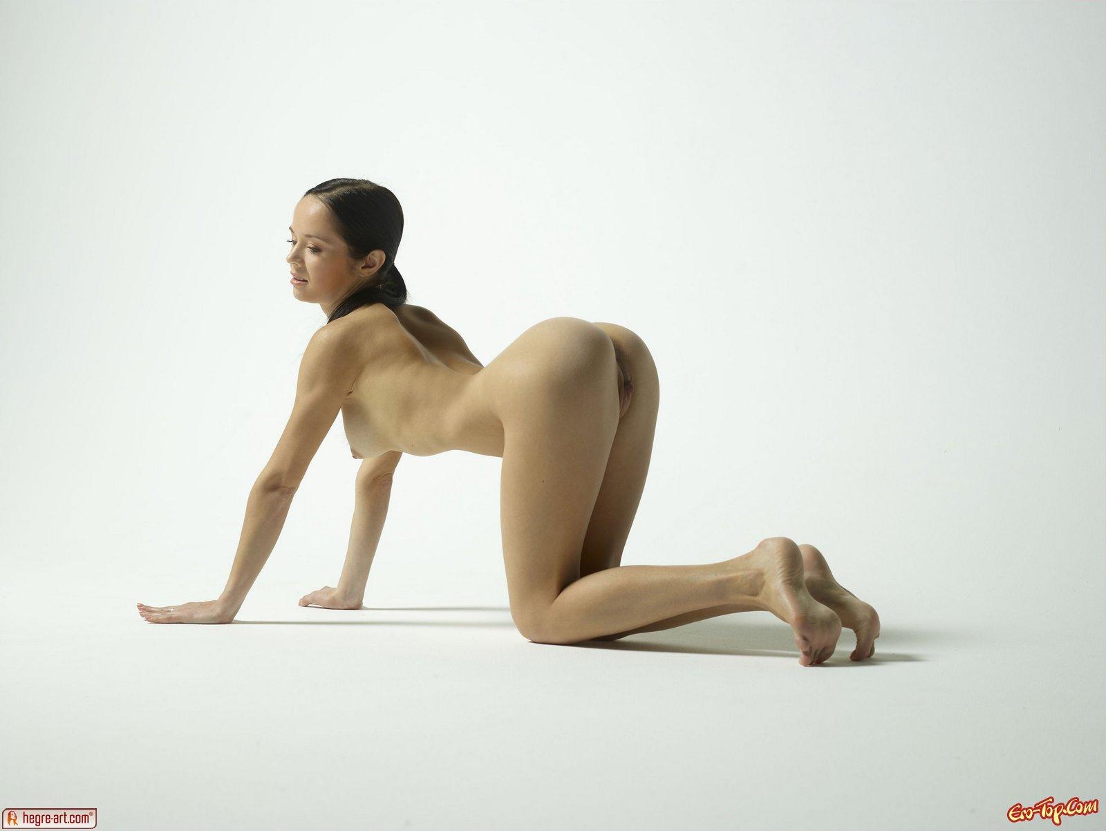 Раздетая шлюха на шпагате секс фото