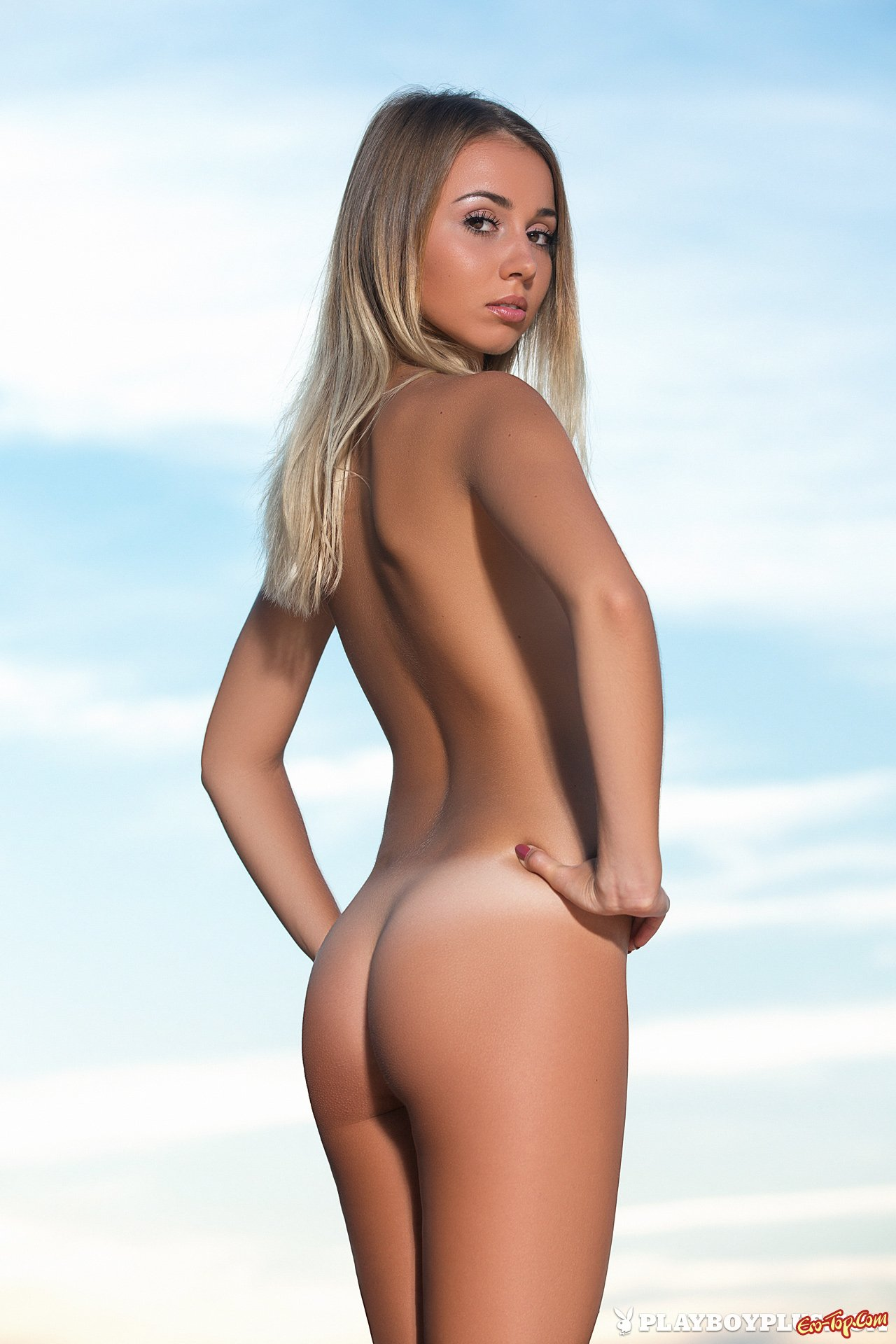 Ухоженная 19-летняя блондинка