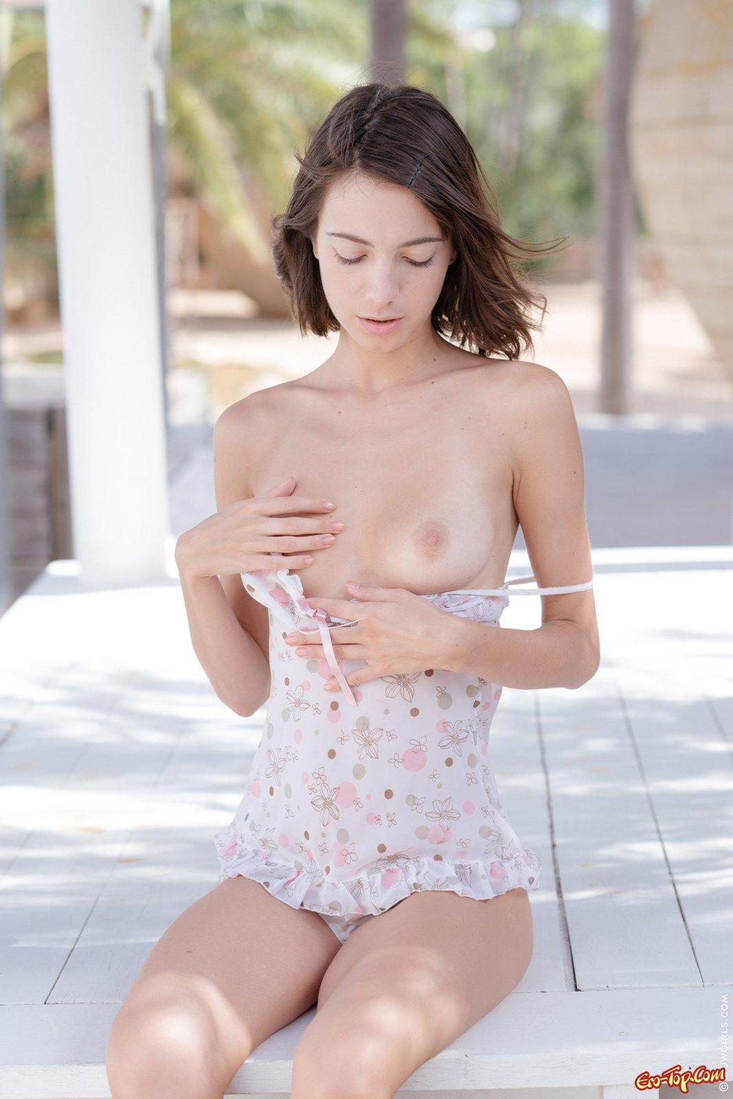 Нагая худенькая красотка секс фото