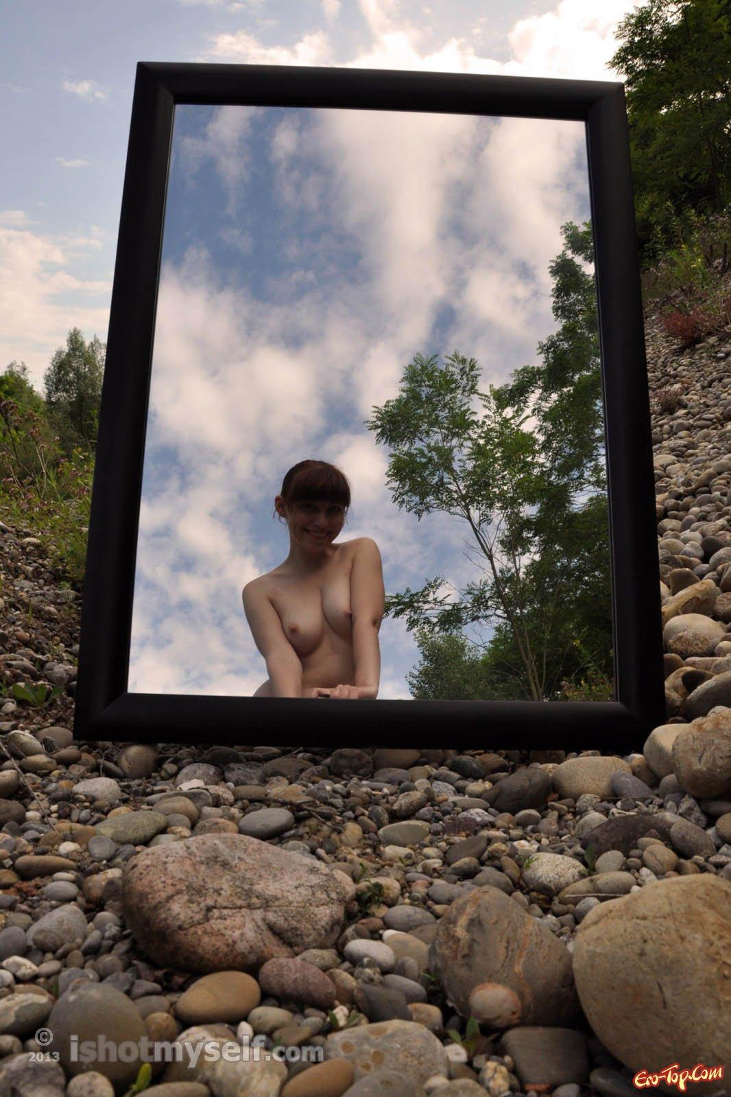 Голая женщина в лесу